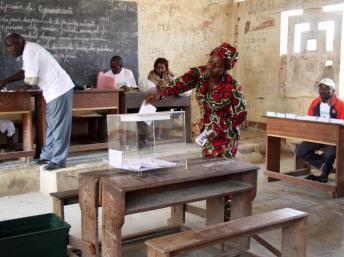Dans un bureau de vote de Brazzaville, le 15 juillet 2012.