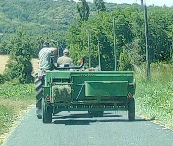 A LA CAMPAGNE !!! FAUT PATIENTER DERRIÈRE LES ENGINS AGRICOLES !!!
