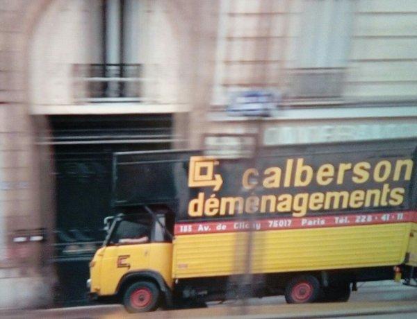 SCÈNES  CÉLÈBRES  DU FILM INSPECTEUR LA BAVURE !(DIFFUSÉ SUR FRANCE3 CE SOIR)!! AVEC COLUCHE QUI SURVEILLE LA BANDE DES DÉMÉNAGEURS QUI VIDE EN PLEINE JOURNÉE DES LOGEMENTS SANS LA PERMISSION DES HABITANTS , AVEC CE SAVIEM SG3 DE CHEZ CALBERSON (DRÔLE DE PUB POUR LA SOCIÉTÉ) !! ET L'INSPECTEUR CLÉMENT  JOUÉ PAR COLUCHE ET QUI SE RETROUVE A LA PLACE DE LA STATUT DE NAPOLÉON ,  PAR LA BANDE DE GROS BRAS !!!