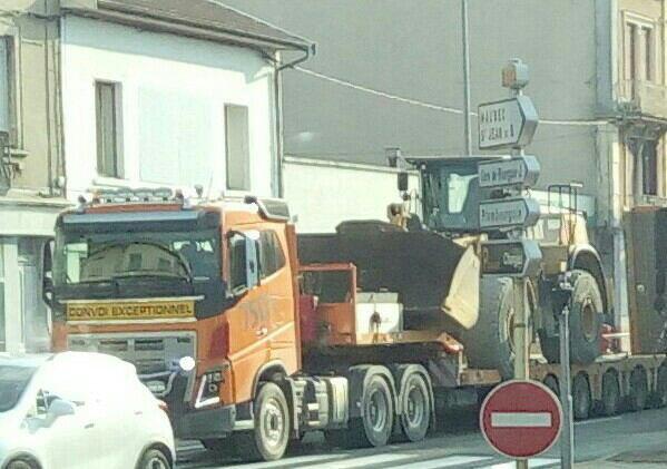 VOLVO FH 750 6×4 !!!CONVOI EXCEPTIONNEL !!! SEMI PORTE ENGINS AVEC CHARGEUR !!DANS LA TRAVERSÉE DE BOURGOIN JAILLIEU !!!