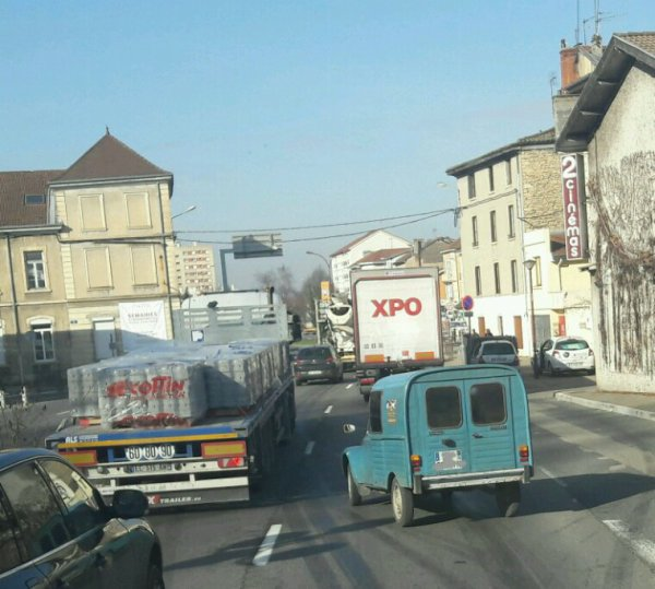 LA DEUDEUCHE  CAMIONETTE DANS LA CIRCULATION À  BOURGOIN JAILLEU !!!