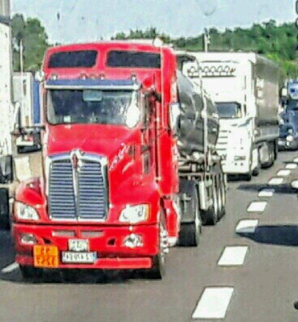 LE KEN ROUGE ET SA CITERNE  DANS LES BOUCHONS  !! SUR L'A46 À HAUTEUR DE  MIONS 69!!