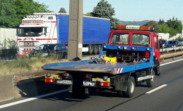 LE PETIT DAF DÉPANNEUSE !! CROISANT  ENSEMBLE VOLVO FH  SUR L'A42 DEVANT L'AIR DE MONTLUEL 01!!