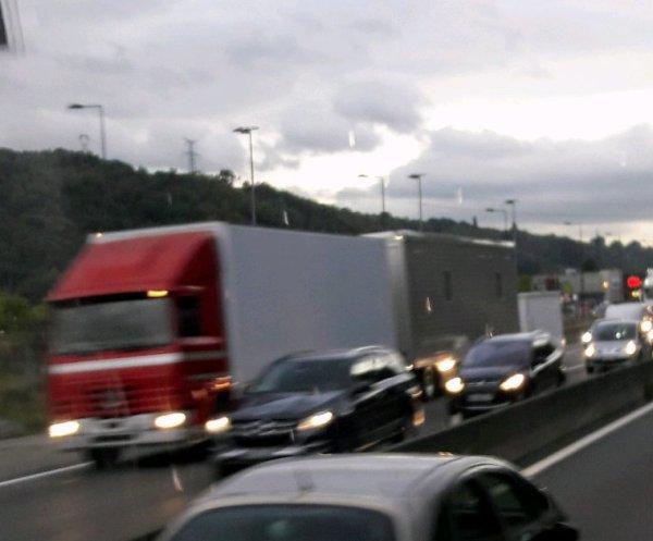 LE BON VIEUX RENAULT R420 FORAIN !! DANS LES BOUCHONS DE BON MATIN SUR L'A47 À GIVORS 69!!