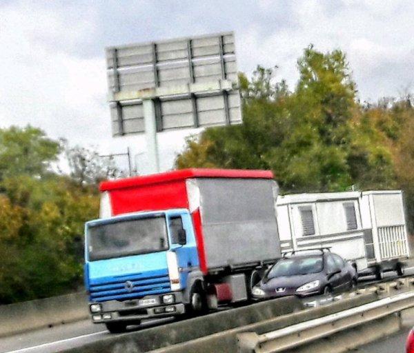 LE PORTEUR  RENAULT R  FORAIN TRACTANT SA CARAVANE SUR L'A42 ENTRE BOURG EN BRESSE 01 ET LYON!!