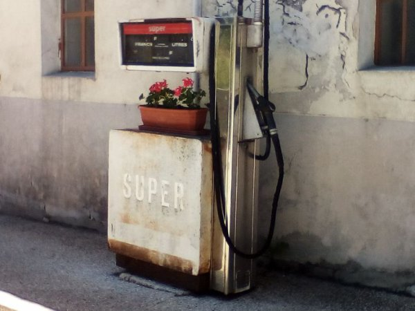 LA VIEILLE POMPE DE SUPER DU RESTO!!
