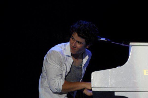 . Après avoir bien ri avec l'article ci-dessous, voici maintenant pour le plaisir des yeux une p-  -etite sélection des plus belles photos prises lors de la tournée actuelle des Jonas Brothers  .
