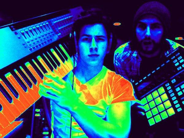. . C'est officiel, le prochain album des Jonas Brothers n'est pas pour tout de suite. Voici des photos de Nick postées récemment sur twitter alors qu'il est en studio pour enregistrer son 2nd album solo. . .