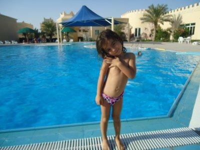 ma petite soeur a la pinscine du qatar (l'autre bout du monde)