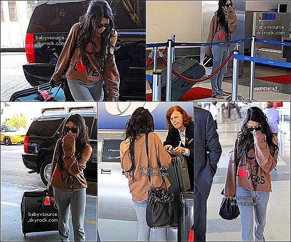 .   A W-E For Vanessa in Los Angeles ! .  13 / 11 / 10 : Nessi fêtait l'anniversaire de sa jeune soeur : Stella, qui célébrait ces 15 ans ce jourd'hui. 14 / 11 / 10 : Le dimanche, Vanessa était à LAX pour partir à Hawaï, tourner son prochain film.                                                                                         .