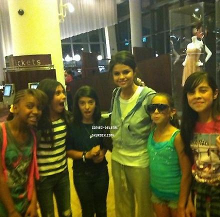 . . Samedi 16 Avril - Selena va bien et n'est pas morte ! Au contraire elle est bien vivante vu qu'elle a été aperçue par des fans le 16 avril au cinéma pour regarder le film Scream 4 ! Moi je suis allez le Voir & Vous ^^ ? . .