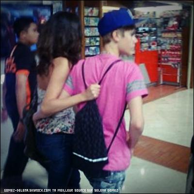 . . Assurez vous , Justin & Selena , Ce n'est pas fini :) ! Voici une autre photo , Bon y'en avais plusieur mais par manque de temps j'ai pas pus afficher le reste ! Désolez ! Bisous :) Laissez moi votre avis . .