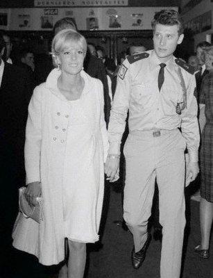 Johnny en militaire avec Sylvie Vartan