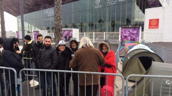 Les fans de Johnny Hallyday campent ce matin malgré le froid devant la salle de l'Arena en vue du concert de ce soir.