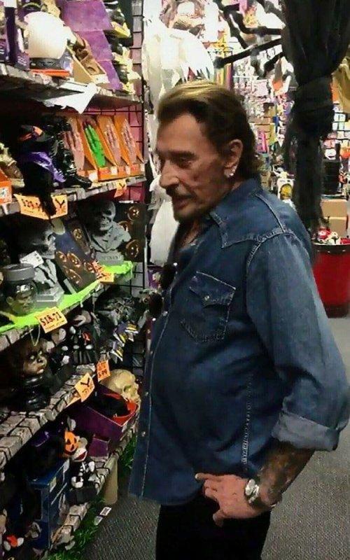 Johnny ce prépare pour halloween