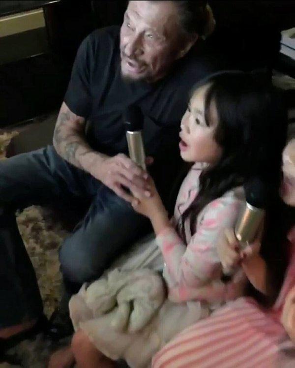 """Johnny Hallyday fête le Nouvel An en chantant """"Imagine"""" avec ses filles Jade et Joy"""