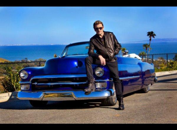 """Mais également sa célèbre Cadillac série 62 cabriolet, mise à prix à 50 000 euros, s'est envolée à 270 000 euros. Cette voiture de 1953, achetée à Los Angeles, est aussi célèbre par son emblématique propriétaire que par son histoire. En effet c'est l'½uvre du pape du custom américain Boyd Coddington, une figure qui a révolutionné le genre aux Etats-Unis. C'est aussi le dernier exemplaire réalisé par l'artiste, aujourd'hui disparu. Peinture spéciale avec ghost flames, gros moteur V8, chromes rutilants, sellerie entièrement en cuir personnalisée aux initiales du rocker, de quoi allumer le feu chez les amateurs de tuning comme chez les fans du chanteur. Rappelons que cette fabuleuse automobile figure sur la pochette de l'album """"L'Attente"""", sorti en 2012."""