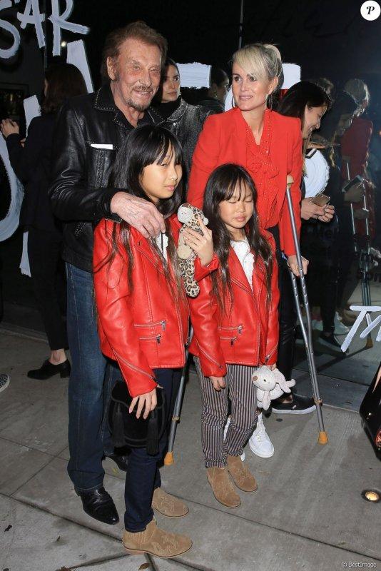 Johnny Hallyday : Laeticia, Jade et Joy joliment assorties, malgré une blessure.Au vernissage de l'exposition du photographe Mathieu Cesar à Los Angeles