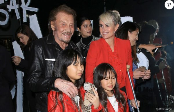 Johnny Hallyday : Laeticia, Jade et Joy joliment assorties, malgré une blessure.Au vernissage de l'exposition du photographe Mathieu Cesar à Los Angeles