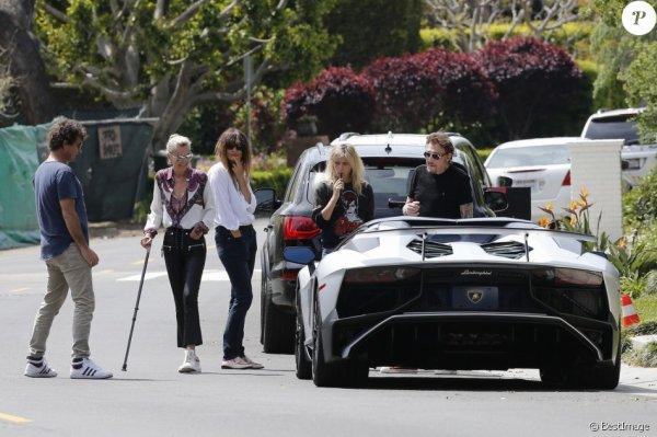 Semi-exclusif - Une vendeuse de voiture de luxe vient faire découvrir une Lamborghini Aventador à Johnny Hallyday chez lui dans sa maison de Los Angeles, le 9 avril 2017.