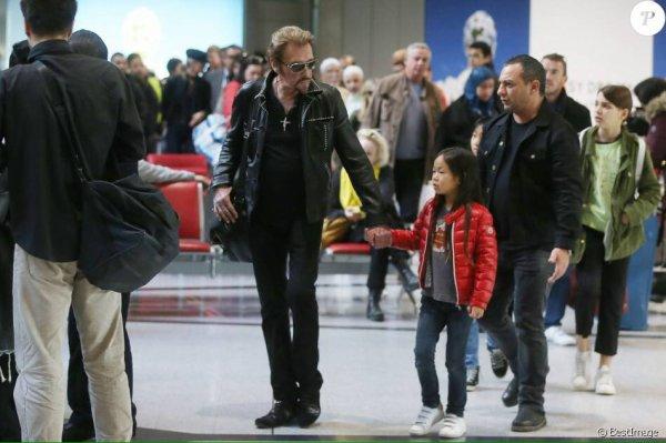 Retour de Johnny et de sa magnifique famille à Paris
