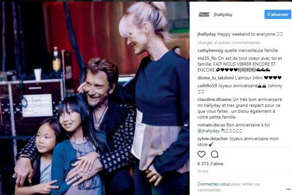 Lors du dernier concert des Vieilles Canailles à Carcassonne ce mercredi 5 juillet, Johnny Hallyday a fait monter sur scènes ses deux filles, Jade et Joy. Un moment très convivial !