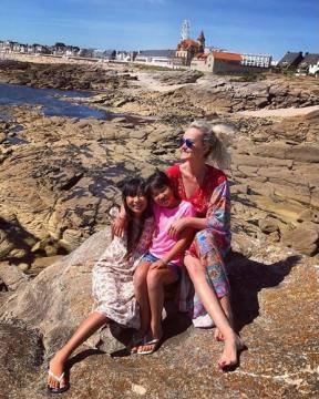 Johnny et Laeticia Hallyday ainsi que leurs deux filles, Jade et Joy, ont posé leurs valises à Quiberon le samedi 15 juillet.