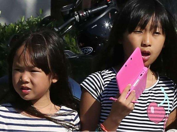 Inscrites dans une école à Los Angeles, les deux filles de Johnny Hallyday ont fait leur retour en France alors que l'état de santé du chanteur inquiète.