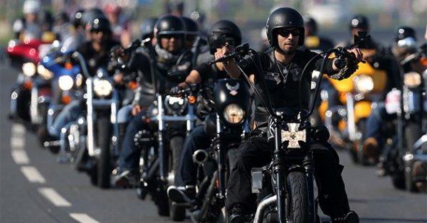 Entre 500 à 700 motards sur les Champs-Elysées pour l'hommage à Johnny