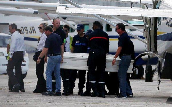 L'avion transportant le corps de Johnny a atterri à Saint-Barthélemy