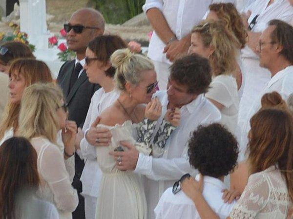 Obsèques de Johnny Hallyday : Laeticia effondrée, Laura et David unis dans la peine