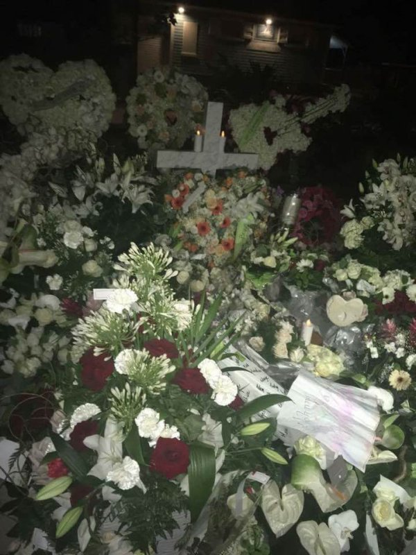 La tombe fleurie de Johnny ce soir 20h heure locale : c'est Beau c'est pour vous mes Amis