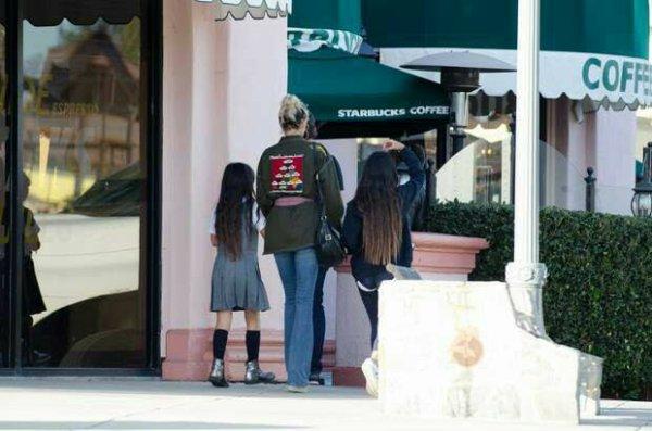 Laeticia Hallyday : tendre moment avec Jade et Joy dans les rues de Los Angeles