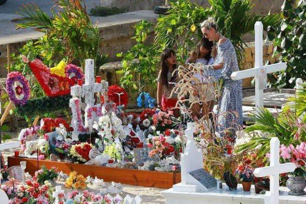 La veuve du rockeur est venue passer quelques jours de vacances avec ses filles aux Antilles. Et s'est rendue d'emblée sur la tombe de son époux.