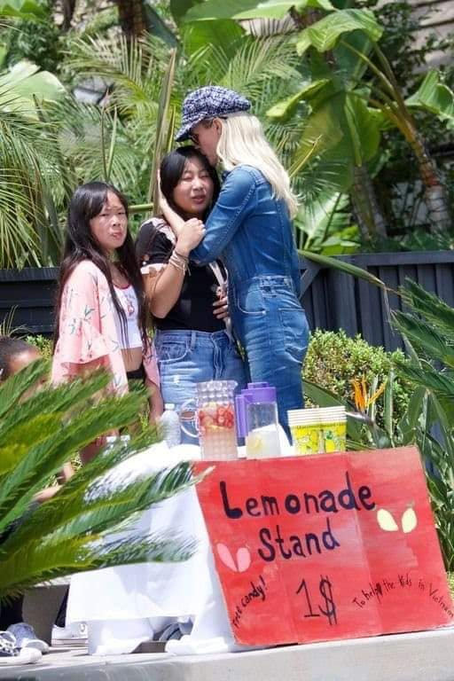 """Laeticia est très fière de ses filles qui se démènent pour récolter des fonds pour l'association"""" La Bonne étoile"""" en ouvrant un stand et en vendant des citronnades pour 1 dollar seulement."""