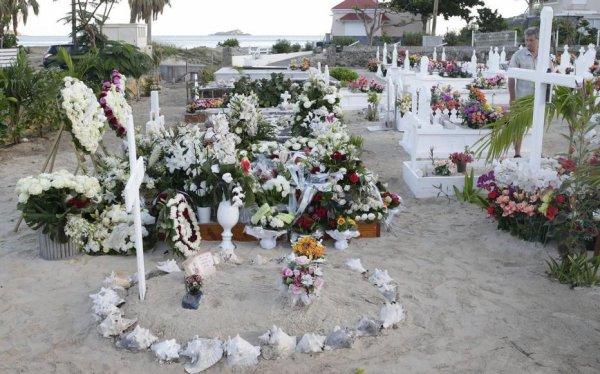 Exhumation du cercueil de Johnny Hallyday : Laeticia n'a pas informé Laura et David de son projet