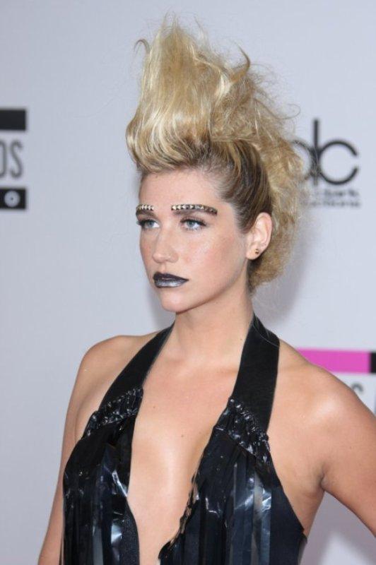 """Ke$ha est la première à oser les tenues choc (enfin après Lady Gaga) et à l'occasion American Music Awards, la chanteuse de """"Tik Tok"""" avait vraiment un look décoiffant ! Regardez."""