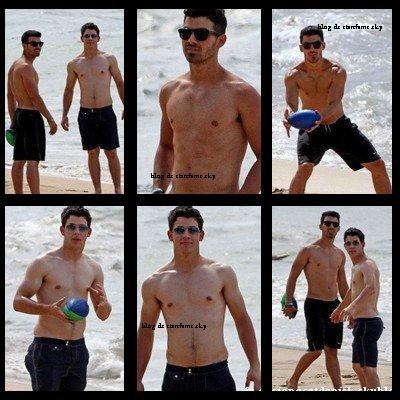 Joe Jonas  Avec Nick Jonas, torses nus sur les plages d'Hawai !