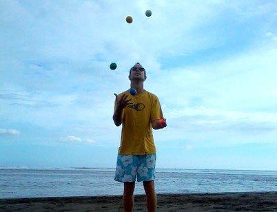 5 balles plage de sable noir Etang Salé ( Réunion )