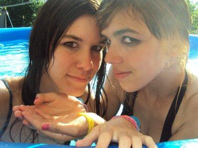 Dans le jardin a la piscine :)