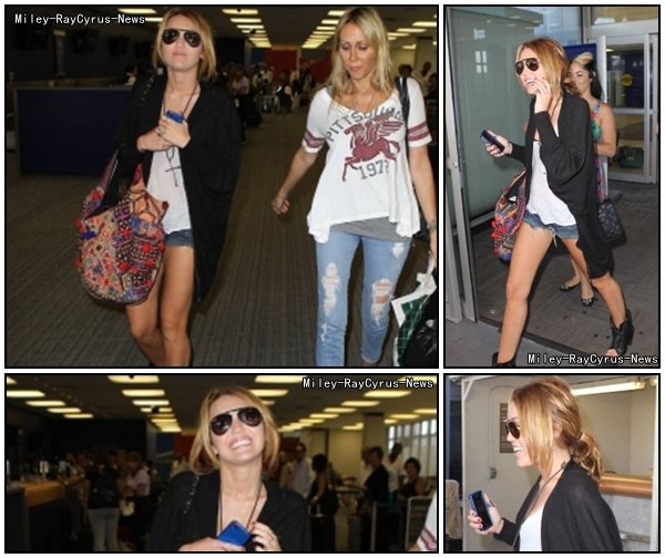 30.08.10 : Miley à L'aéroport de New York .