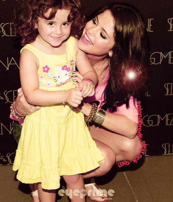 Selena, magnifiquement magnifique, lors d'un Meet & Greet !