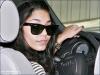 """""""Vanessa Hudgens : et encore un accident de voiture au compteur !""""  Ce n'est pas la première fois que Vanessa Hudgens a des problèmes avec sa voiture ! Et bien, de nouveau, la star d' High School Musical , a eu un petit accident alors qu'elle somnolait au volant !  Décidément, Vanessa Hudgens et la conduite, ça fait vraiment deux ! Mercredi après-midi, la jeune actrice, que l'on retrouvera prochainement dans Beastly , somnolait tranquillement au volant de son Audi quand, dans un parking de Studio City, elle a créé un petit accident. En sortant sa voiture de sa place, la jeune fille, qui est en couple avec le beau Zac Efron depuis cinq ans, a accroché la voiture d'à côté et y a fait de belles rayures.  Selon Radar Online, Vanessa hésitait à sortir de la voiture et a, au lieu de ça, baissé sa fenêtre pour parler avec un homme inconnu à qui appartenait la voiture qu'elle a emboutie. Bien que l'accident soit de sa faute, elle n'a pas daigné sortir de son Audi noire, surement par peur de se faire incendier. Par contre, pour elle, ce n'est pas très grave, une rayure de plus ou de moins sur sa carrosserie, ça ne change rien !  A force de ne pas faire attention, Vanessa, qui s'était retrouvée un jour coincée en pleine rue après qu'un de ses pneus ait éclaté , a, sur sa voiture, des coups par ci par là mais a surtout une grosse bosse sur la porte côté conducteur. Mais suite à l'histoire de mercredi, rien de grave ! La police n'est même pas intervenue et un constat a été fait ! Tout va bien qui finit bien ! Signé par VDM"""