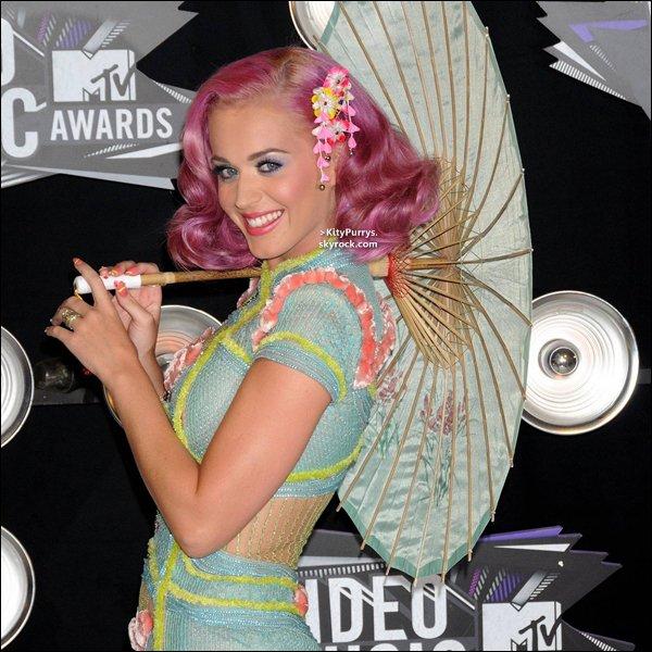"""28 Aout 2011 : Katy Perry accompagnée de Russell B. été aux « MTV Video Music Awards 2011 » à Los Angeles. Félicitation ! Cette année Katy a gagné trois awards : Clip de l'année avec """"Firework"""" et Meilleure Collaboration et Meilleur effets spéciaux pour """"E.T""""."""