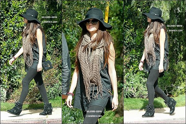 09 MARS 2013 : Selena Gomez a été aperçue avec un ami se dirigeant vers une limousine. Ton avis ?