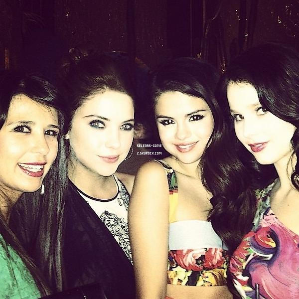 Découvrez pleins de nouvelles photos personnelles postées par Selena Gomez ou Ashley Benson !
