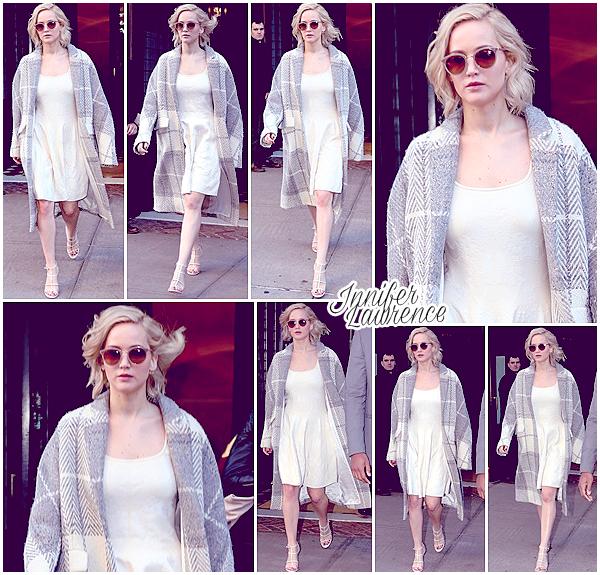 15/12/2015 :  De bon matin, Jennifer quittait l'hôtel Greenwich situé dans New-York City : La belle se rendait sur le plateau de l'émission matinale «Live with Kelly & Michael». Découvrez la vidéo de son passage ci-dessous.
