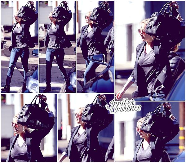 02/02/2016 : En mode camouflage, Jennifer quittait un salon de coiffure dans Beverly Hills (LA) : Le tournage de Passengers étant terminé, la belle est de retour en Californie. C'est avec son assistante qu'elle a été vue dans la journée.