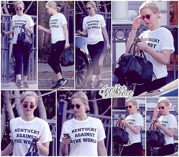 04/02/2016 : Jennifer quittait la maison d'un ami situé dans Los Angeles :  Tenue sportwear pour miss Lawrence qui abordait un t-shirt au couleur de son état natal, le Kentucky.