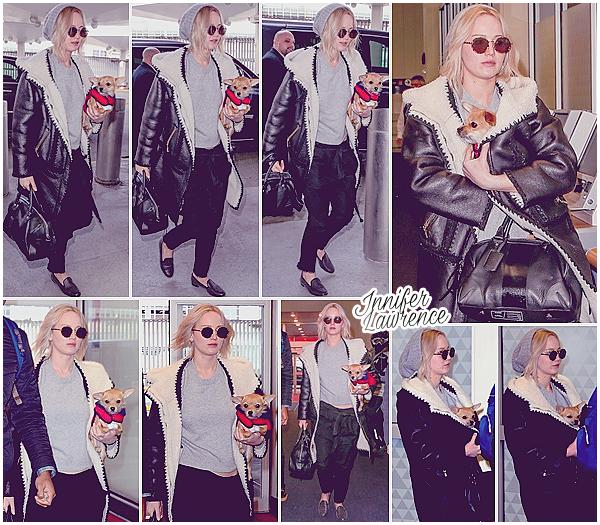 19/02/2016 : Jennifer a été vue arrivant à l'aéroport «JFK» à New-York City (US) :  Sur le départ, Jen était avec son petit chien Pippi. Nous pouvons supposer que la belle est de retour à Los Angeles.